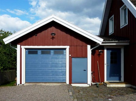 Blå garageport smalpanel woodgrain