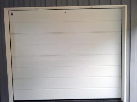 Garageport vit med nödfrikoppling