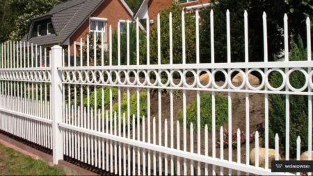 Vitt staket vita stolpar